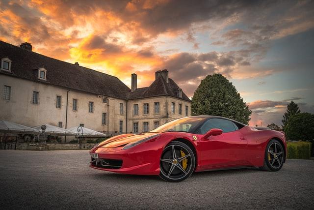 Rød ferrari foran et slot i Frankrig