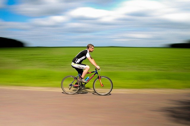En mand cykler afsted